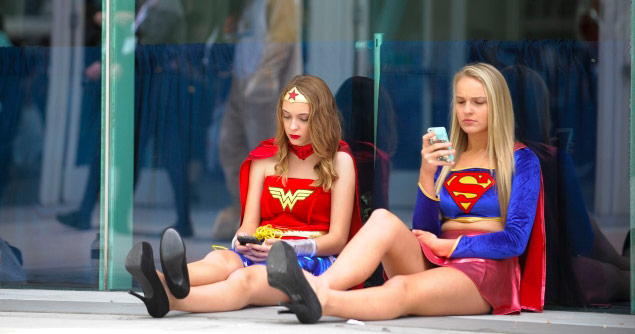 wonder-woman-with-cell-phone
